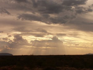 vlevo Uluru, vpravo Kata Tjuta, mezi nimi cca 40 km