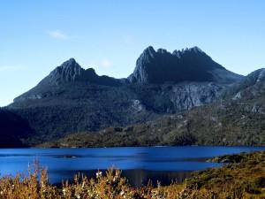 Overland Track vede okolo Cradle Mountain a jezera St Clare