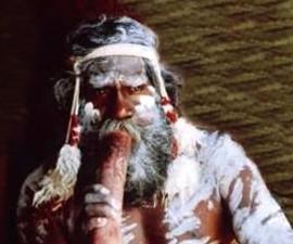 austrálec neboli aboriginál při hře na didgeridoo