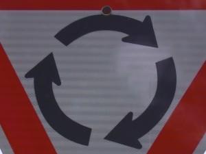Pozor! Kruhový objezd!