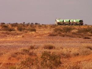 """Cestou po Stuart Highway určitě potkáte silniční vlaky - """"road trains""""."""
