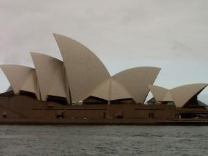 Pohled na Opera House z boku, budova představuje loď s napjatými plachtami.