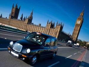 Jen britský London nabízí projížďku kolem Velkého Bena.