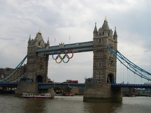 """Tower Bridge se během LOH 2012 olympijsky  """"okroužkoval""""."""