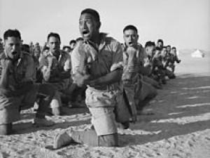Haka uprostřed války - maorský válečný batalion během bojů v Severní Africe v roce 1941.