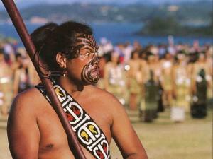 Maorský válečník s tradiční zbraní.