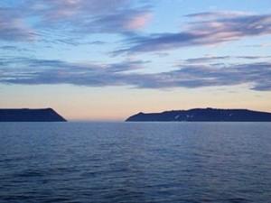 Ostrov Malý Diomédes (vlevo) a Velký Diomédes (vpravo), tady jsou Rusové vždy o den napřed.