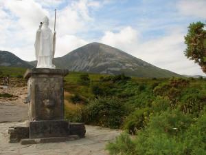 Svatý Patrik se symbolem Irska - jetelovým trojlístkem - v ruce.