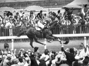 Melbourne Cup 1930 - Phar Lap vítězí.