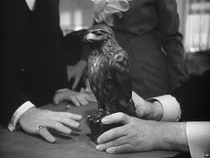 Maltézský sokol ve filmové verzi s Humphrey Bogartem v hlavní roli.