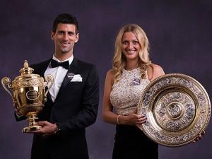 Wimbledon 2014 - Petra Kvitová s trofejí po boku Novaka Djokoviče.
