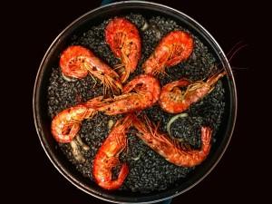 Tahle paella je z černé rýže.