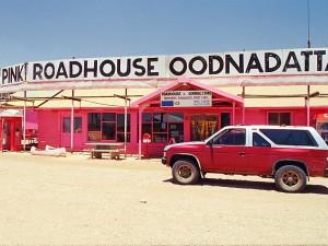 pink - roadhouse - cestovani - australie